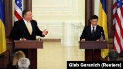Государственный секретарь США Майк Помпео и президент Украины Владимир Зеленский (справа). Киев, 31 января 2020 года.