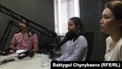 Сүрөттө солдон оңго: Улан Мирланов, Салиха Алтынбек кызы жана Аяна Баекова.