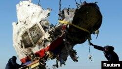 """Обломки кабины пилотов """"Боинга-777"""", разбившегося под Донецком"""