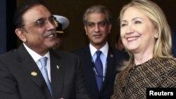 АҚШ мемлекеттік хатшысы Хиллари Клинтон (оң жақта) мен Пәкістан президенті Асиф Али Зардари (сол жақта) НАТО саммитінде. АҚШ, Чикаго, 20 мамыр 2012 жыл.