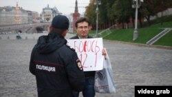 Роман Рословцев на одной из акций протеста