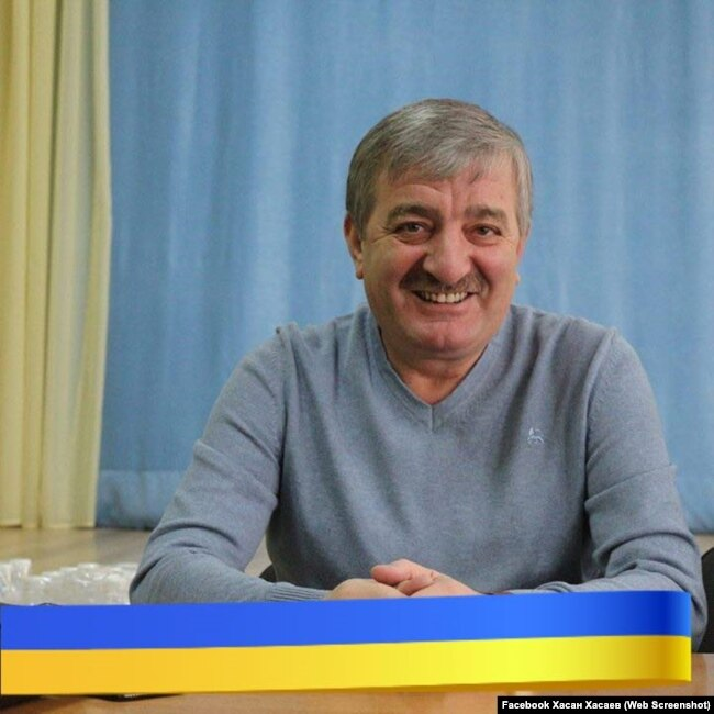 Хасан Хасаев позирует с флагом Украины