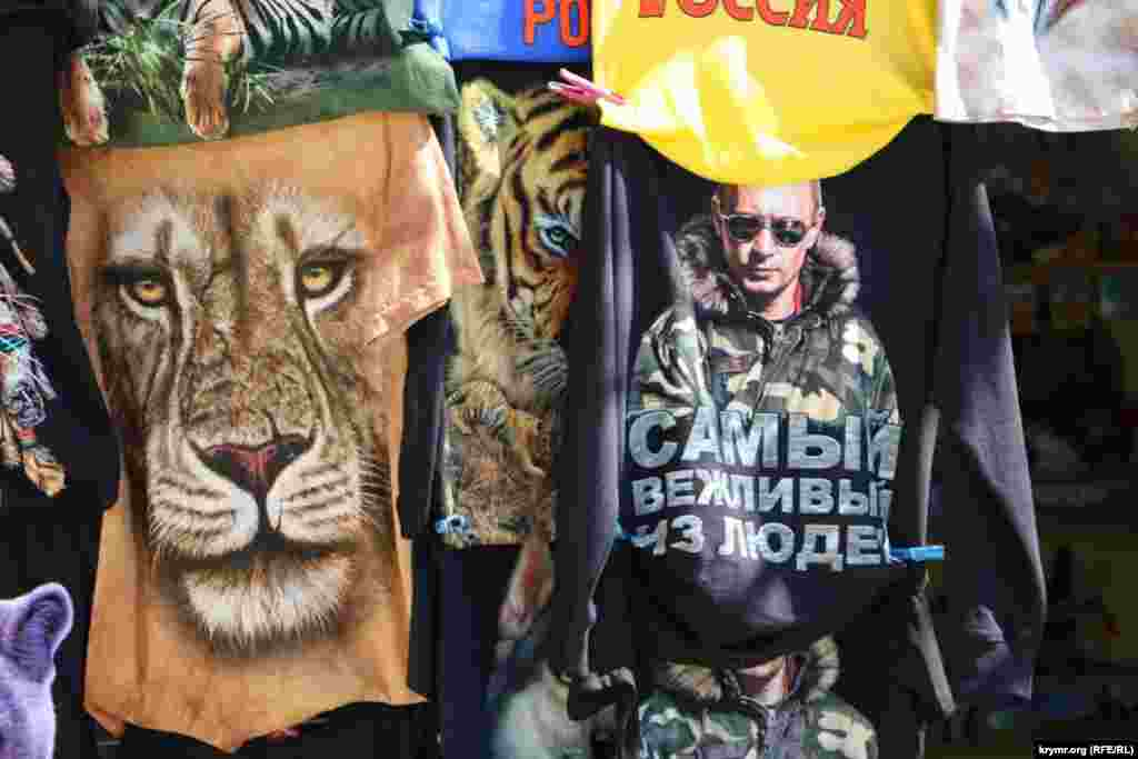 Сувенирная продукция, которая продается на территории зоопарка. На майках, в основном изображениея животных и президента России Владимира Путина