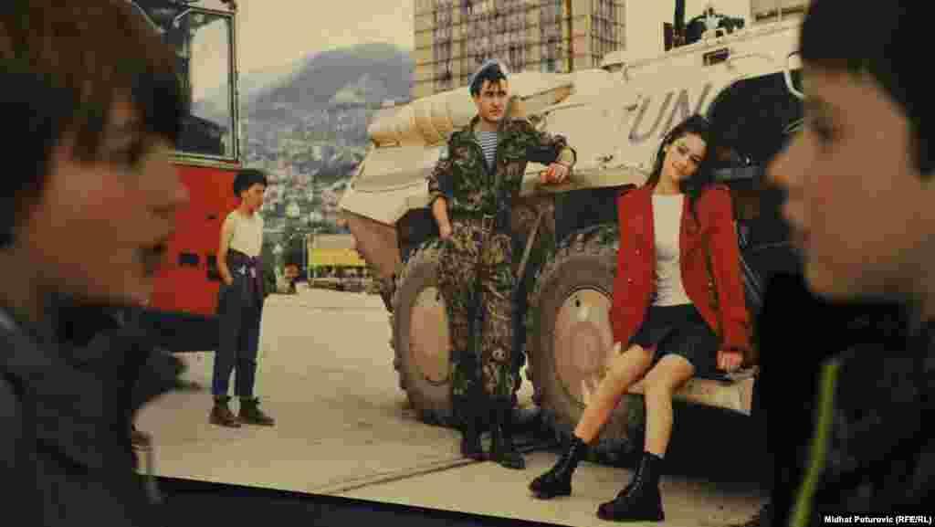 Na ulicama opkoljenog Sarajeva snimljene su manekenke agencije Front.