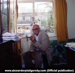 Александр Пятигорский в своем университетском кабинете, конец 1980-х
