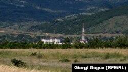სოფელ ბერშუეთიდან მოჩანს რუსეთის საოუკპაციო ძალების ბაზა