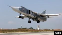 Российский бомбардировщик Су-24 на аэродроме Хмеймим в Латакии, 4 октября 2015 года