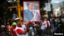Վենեսուելա - Նախագահ Ուգո Չավեսի կողմնակիցը հանրահավաքի ժամանակ պահել է նրա դիմանկարը, Կարակաս, 27-ը փետրվարի, 2013թ.