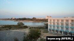 Строительство апартаментов «Адмиральская лагуна» на Солдатском пляже в Севастополе. Один корпус уже построен