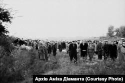 Бабин Яр. Місце збору не було означено, люди стояли групами. 29 вересня 1966 року. Фото Гарика Журабовича. Архів Аміка Діаманта
