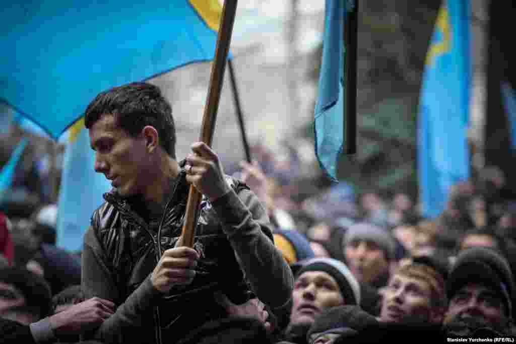 Участник события с крымскотатарским флагом