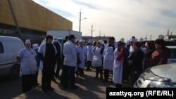 Продавцы рынка «Алем» проводят акцию протеста. Астана, 15 апреля 2014 года.