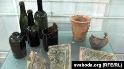 Бутэлькі, гаршчкі, кафля, знойдзеныя археолягам Сяргеем Піваварчыкам на вуліцы Вялікай Траецкай
