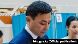 Алтай Кульгинов, в бытность акимом Западно-Казахстанской области, голосует на избирательном участке на досрочных выборах президента Казахстана 9 июня 2019 года, на которых, по данным ЦИК, победил Касым-Жомарт Токаев.