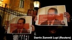 معترضان در مالت با عکس علی صدر هاشمینژاد در حمایت از گزارشها و فعالیتهای خانم دفنی کاروانا گالیزیا