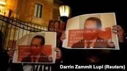 معترضان در مالت با عکس علی صدر هاشمینژاد در حمایت از کار خانم گالیزیا
