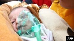 Новорожденная девочка, извлеченная живой из-под завалов разрушенного дома в провинции Ван (Турция)