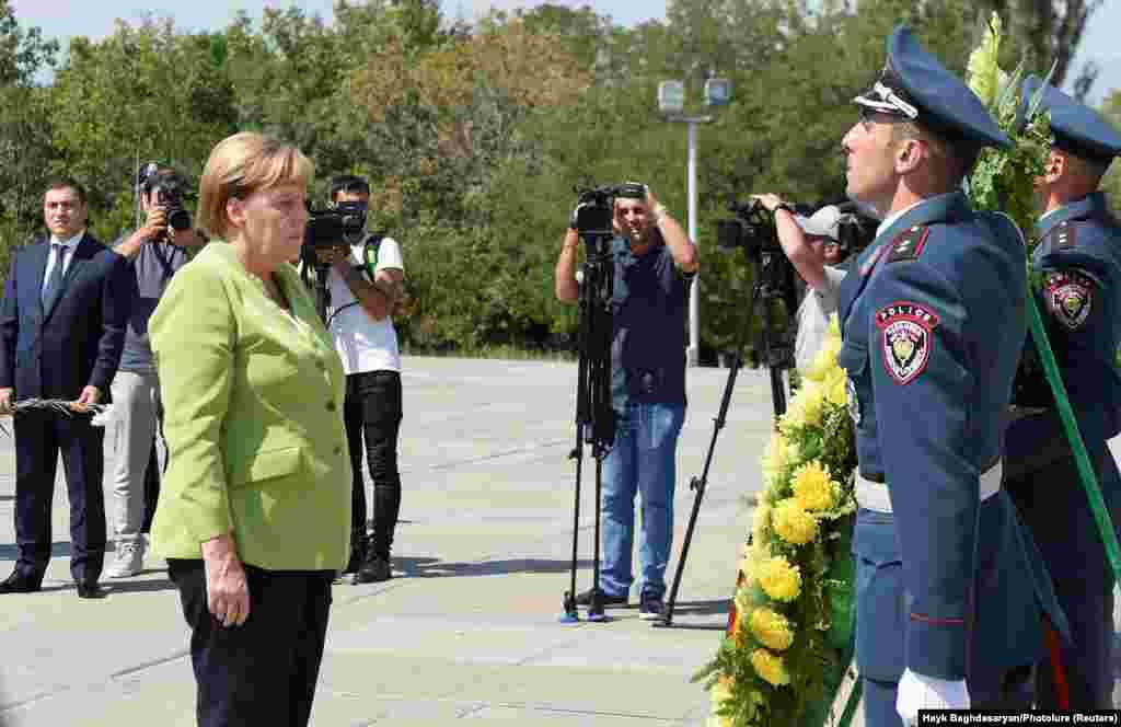 Канцлер Меркель Еереванда Армяндар геноциді ескерткішіне барып тағзым етті.