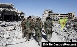 Бойцы Демократических сил Сирии в освобожденной Ракке