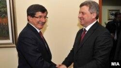 Архивска фотографија: Средба на македонскиот претседател Ѓорге Иванов и турскиот министер за надворешни работи Ахмет Давутоглу во Скопје.