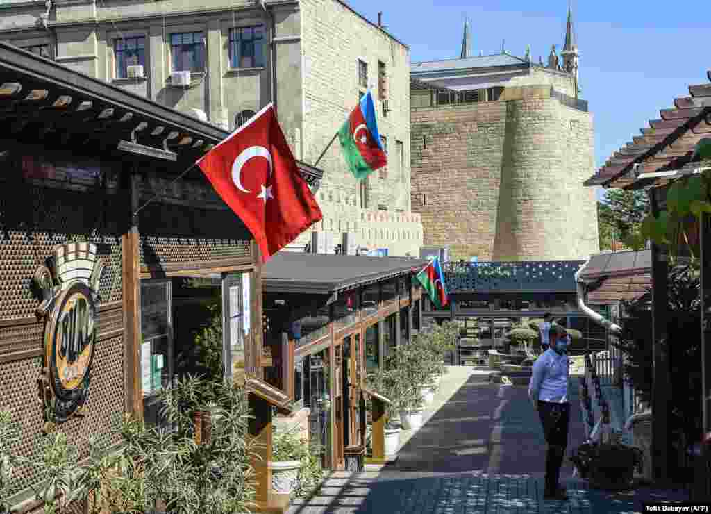 Egy azeri és egy török zászló látható egy bakui étterem homlokzatán.