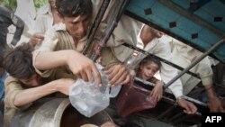 Пакистанские беженцы в очереди за едой/