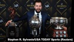 Никита Кучеров с наградами НХЛ за прошедший сезон