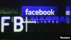 Логотип Facebook'а на экранах биржевой площадки Nasdaq. Нью-Йорк, 18 мая 2012 года.