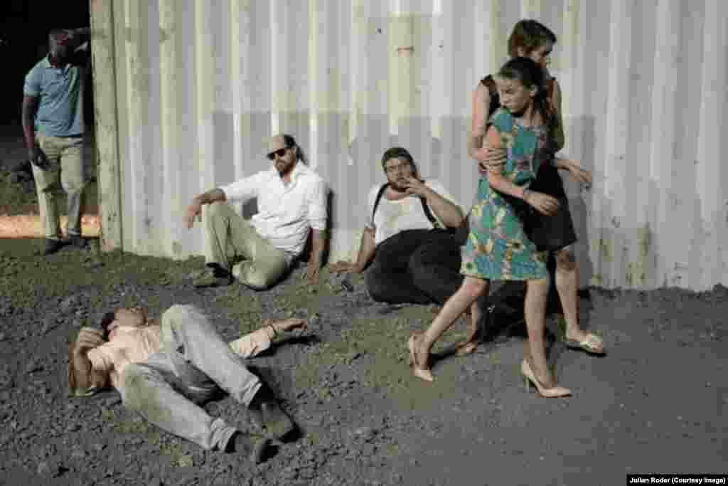 """В огромном заброшенном ангаре в Динслакене бродят герои фильма Пазолини """"Аккатоне"""""""
