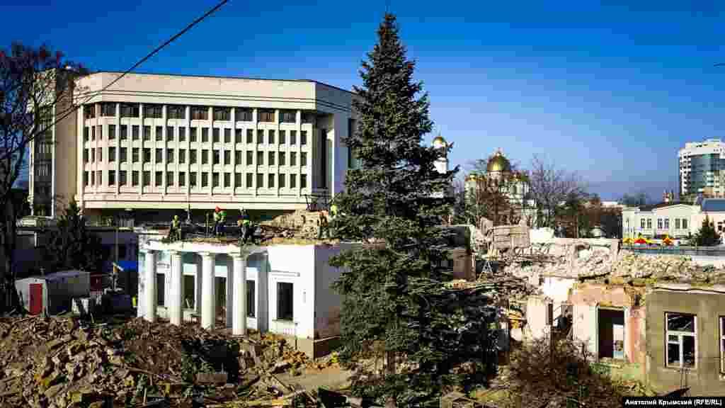 Снос здания Крымского академическоготеатра куколвСимферополе
