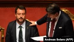 Премиерът Джузепе Конте (дясно) подаде оставка във вторник в реч, изпълнена с критики към Матео Салвини (ляво)