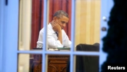 Барак Обама работает над посланием в Овальном кабинете Белого дома