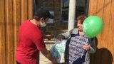 Пахлава и зеленый чай: пожилых крымчан поздравили с Ораза-байрамом (видео)