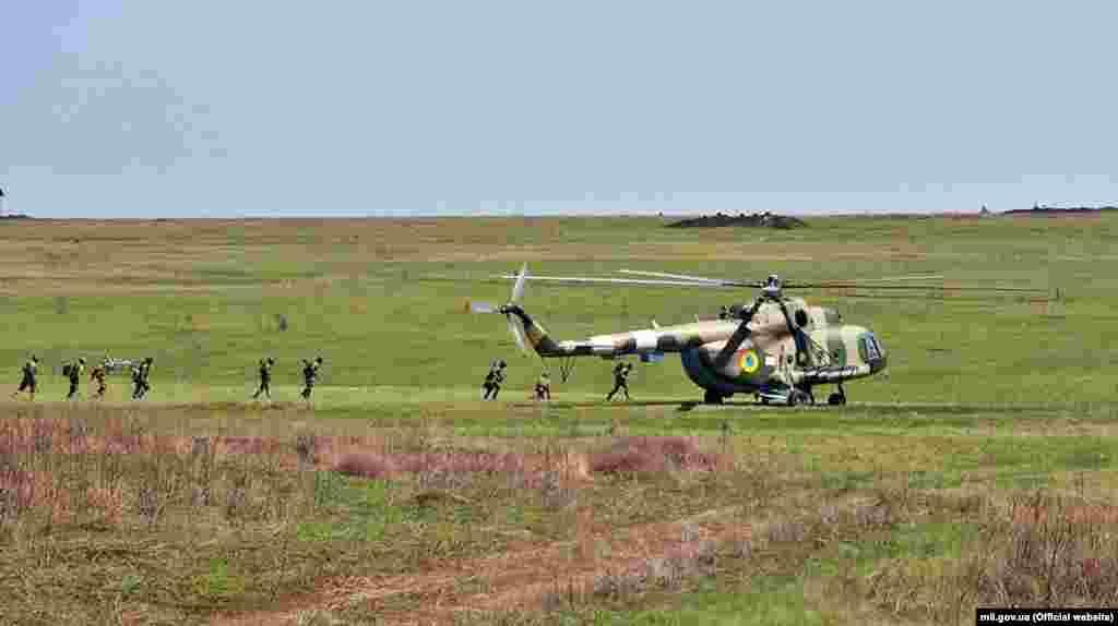 Окрім ударних Мі-24, військові залучили і транспортні гелікоптери Мі-8