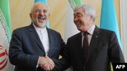 Министр иностранных дел Ирана Мохаммед Джавад Зариф (слева) и министр иностранных дел Казахстана Ерлан Идрисов на встрече в Астане. 13 апреля 2015 года.