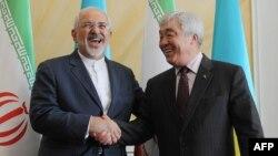Иран сыртқы істер министрі Мухаммад Зариф (сол жақта) пен Қазақстан сыртқы істер министрі Ерлан Ыдырысов. Астана, 13 сәуір 2015 жыл.