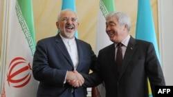 Иранскиот министер за надворешни работи Мохамед Џавад Зариф со неговиот казахстански колега Јерлан Идрисов.