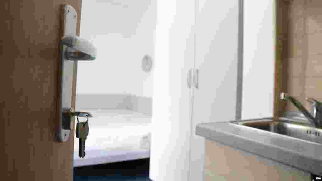СЕВЕРНА МАКЕДОНИЈА - Државниот студентски дом Скопје денеска го објави распоредот за вселување во домовите Стив Наумов (зграда и бараки), Кузман Јосифовски-Питу и Гоце Делчев, согласно со одлуката на Владата и по препорака на Комисијата за заразни болести да прима со преполовен капацитет и со строго почитување на протоколите за заштита од КОВИД-19.