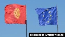 Кыргызстандын жана Европа биримдигинин желектери. Сүрөт 2019-жылы ошол кездеги президент Сооронбай Жээнбековдун Германиядагы сапары маалында тартылган.