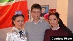 Ильяс Ямбаев (уртада) Кәрим Тинчурин театры артистлары белән