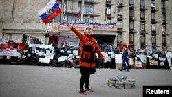 Ілюстраційне фото: російський прапор на початку заворушень у Донецьку, квітень 2014 року