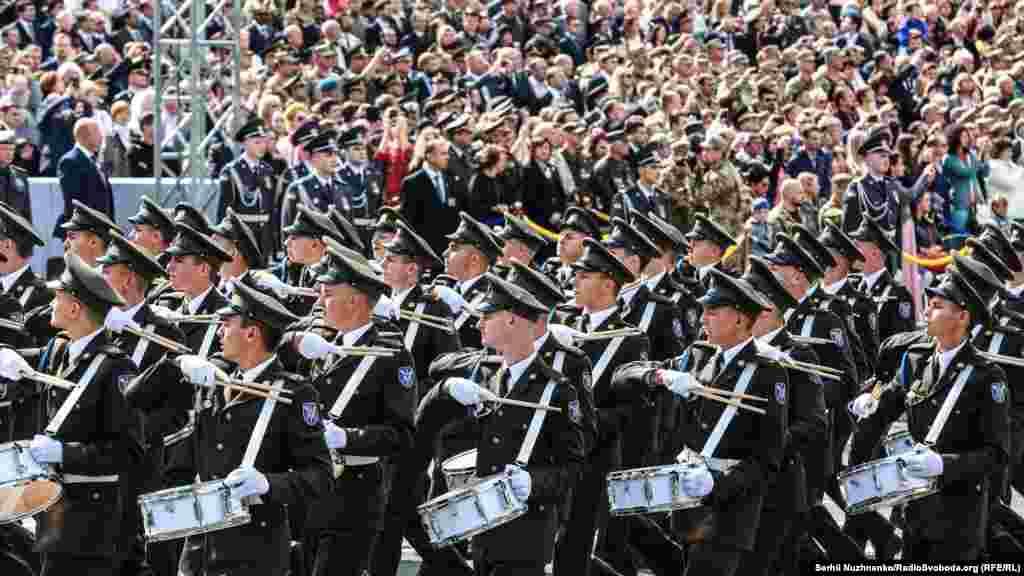 Курсанти ліцею імені Івана Богуна марширують під час урочистого параду
