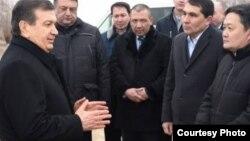 Президент Узбекистана Шавкат Мирзиёев (слева) встречается с жителями Каракалпакии