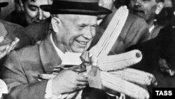 Микита Хрущев з початками кукурудзи у США.