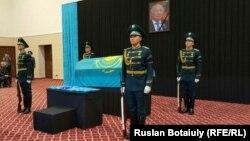 На похоронах писателя и бывшего государственного секретаря Абиша Кекильбаева. Астана, 13 декабря 2015 года.