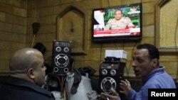 مصريون في مقهى بالقاهرة فيما السيسي يعلن ترشحه لإنتخابات الرئاسة عبر التلفزيون