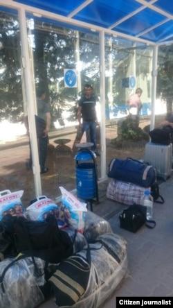 Ўзбеклар аэропорт ташқарисида тунамоқда