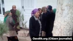 Пенсионеры из Сурхандарьинской области Узбекистана стоят в очереди за пенсией.