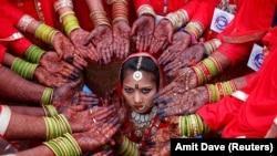 Pamje nga ceremonia e festës para martesës në Indi.