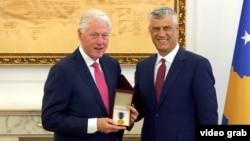 Keçmiş ABŞ prezidenti Bill Clinton (solda) və Kosovo prezidenti Hashem Thaci